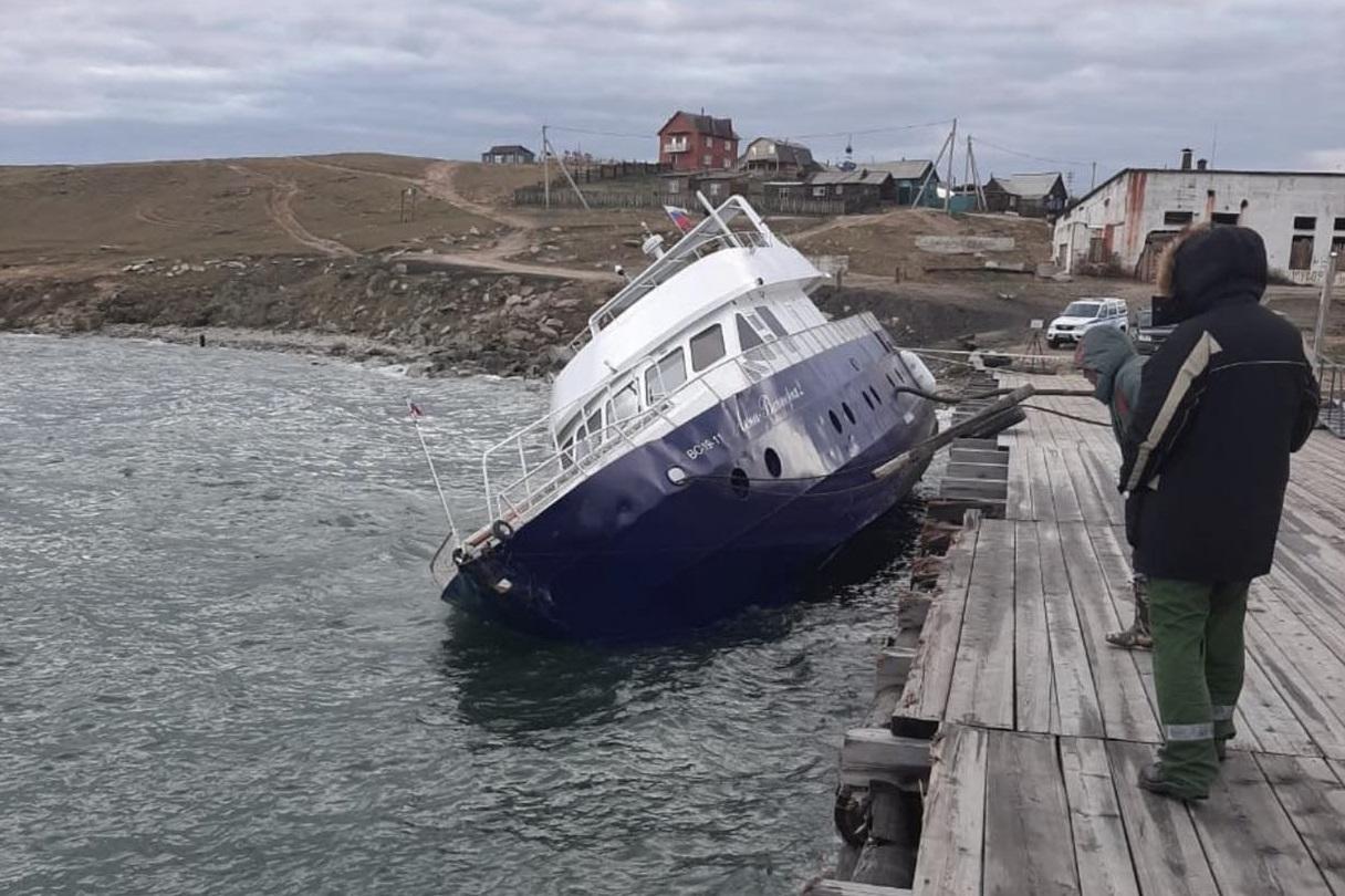 Нефтепродукты вылились в Байкал из накренившегося судна у поселка Хужир