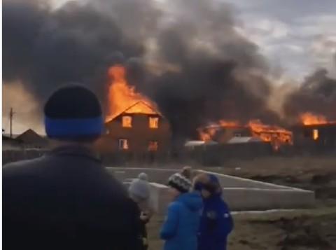 Четыре дома сгорели в деревне Грановщина Иркутского района. Фото и видео с места